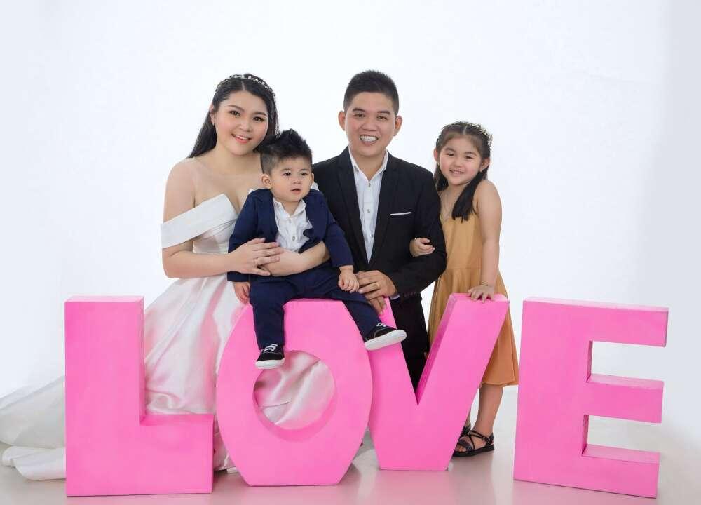 Chụp hình kỉ niệm gia đình